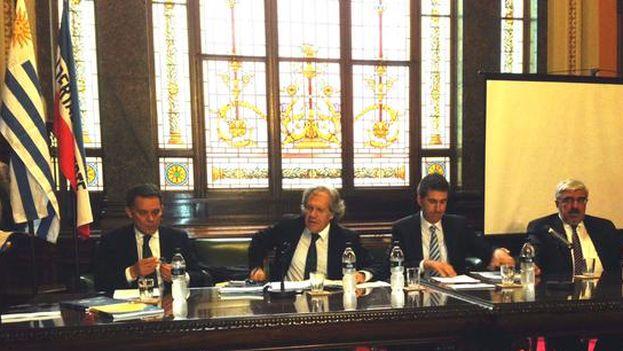 Luis Almagro durante su reunión en Montevideo. (@Almagro_OEA2015)