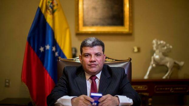 El diputado Luis Parra, a quien el chavismo y no la mayoría opositora reconoce como presidente del Parlamento venezolano, posa en la entrevista. (EFE)