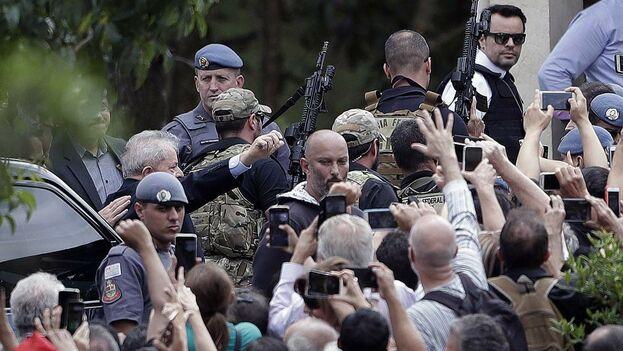 El expresidente brasileño Luiz Inácio 'Lula' da Silva recibió el respaldo de decenas de seguidores al llegar este sábado al cementerio de Sao Paulo en el que será enterrado su nieto. (EFE)