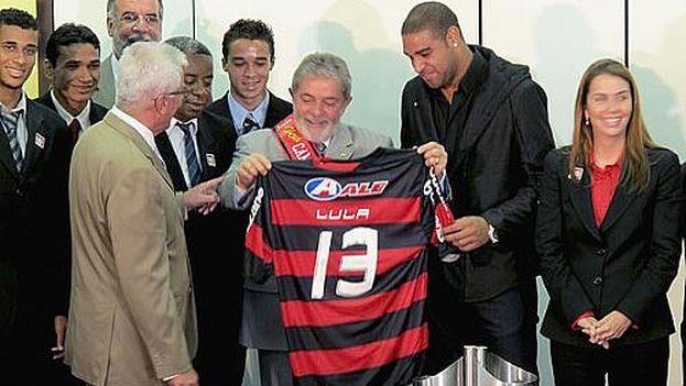 El expresidente, Lula da Silva, sostiene la camiseta del Flamengo, equipo con el que se identificaba a su partido en la trama corrupta de Petrobras. (EFE)