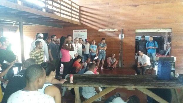 El viceministro de Seguridad de Panamá, Jonathan del Rosario (derecha), reunido con los migrantes cubanos en Gualaca. (!4ymedio)