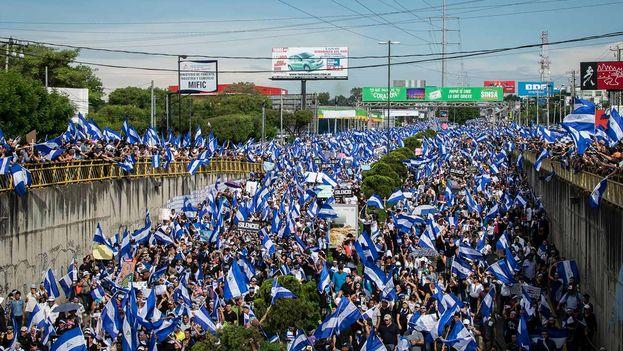 Miles de nicaragüenses marcharon el Día de la Madre juntos a las mamás de los jóvenes que habían sido asesinados a manos de la Policía Nacional en las protestas. (Carlos Herrera/Niú)