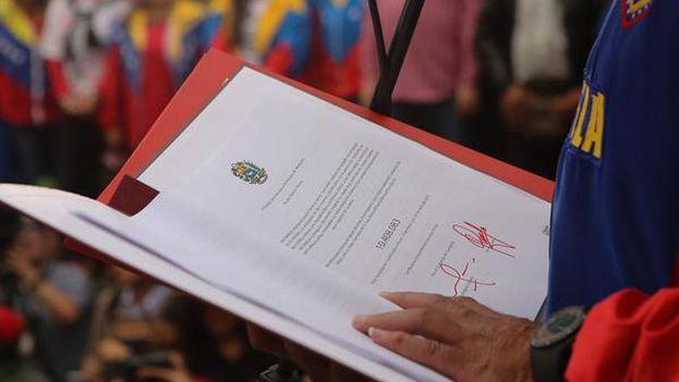 Maduro recibió este jueves del CNE el certificado de autenticidad de más de 10 millones de firmas que entregará a Obama en Panamá. (Vicepresidencia Venezuela)