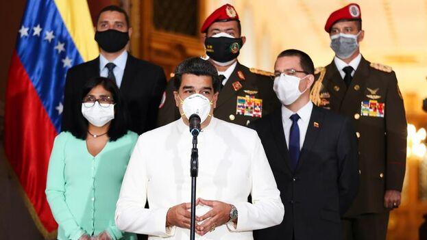 Maduro con en núcleo duro del chavismo este lunes en el Palacio de Miraflores. (EFE/EPA/Palacio Presidencial)