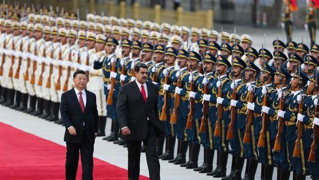 """Maduro se reunió este viernes con su homólogo chino, Xi Jinping, a quien pidió un aumento de la cooperación """"para recuperar la estabilidad económica"""" en su país. (Palacio de Miraflores)"""