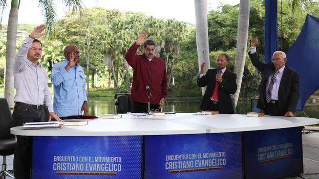 Esa misión evangélica que le permitió a Maduro hacerse la foto que deseaba y modular su mensaje para atraer el cada vez más codiciado apoyo evangélico es desconocida por sus correligionarios. (@NicolasMaduro)
