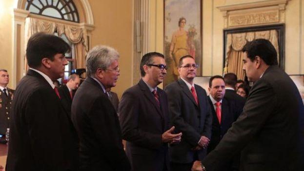 Maduro saluda a los nuevos miembros de su gabinete. (@PartidoPSUV)