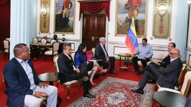 Maduro reunido con parte de la oposición con la que acordó liberaciones de presos políticos. (@NicolasMaduro)