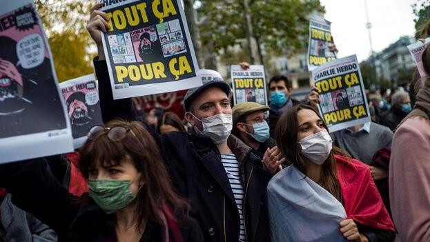 Muchos manifstantes portaban alguna de las caricaturas de Mahoma que publicó Charlie Hebdo. (EFE/ Yoan Valat)
