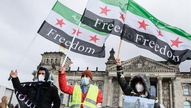 Manifestación en Berlín contra la guerra de Siria que ya ha cumplido una década. (EFE)
