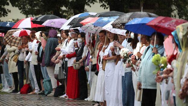 Manifestación pacífica este jueves en Minsk, Bielorrusia, en contra de Alexandr Lukashenko, elegido en unas elecciones consideradas fraudulentas por la oposición. (EFE/EPA/Tatyana Zenkovich)