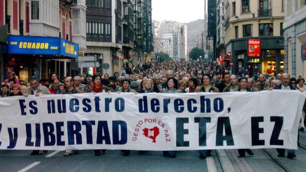 Manifestación por las calles de Bilbao en 2007 contra ETA. Desde 1997 el rechazo social hacia el grupo terrorista era amplio y público como nunca antes. (CC)