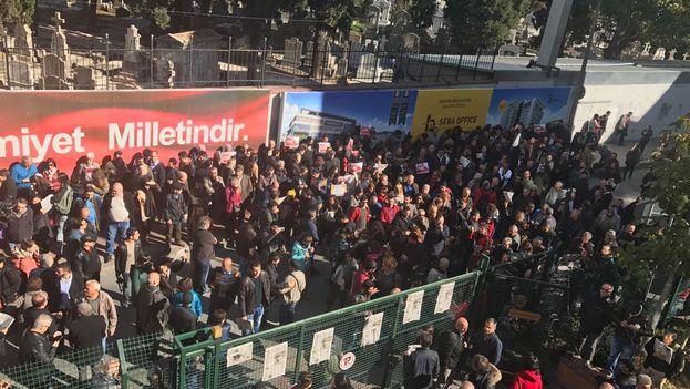 Manifestación ante el diario 'Cumhuriyet' para reclamar al Gobierno que la prensa libre no puede ser silenciada (@cumhuriyetgzt)