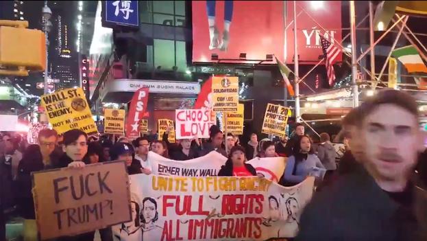 Manifestación espontánea contra el presidente electo Donald Trump en Times Square, Nueva York. (Captura/Twitter)
