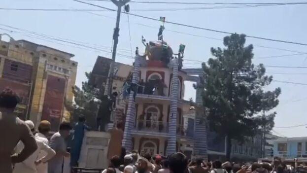 Manifestación en Jalalabad reprimida por los talibanes a favor de la bandera tricolor. (captura)