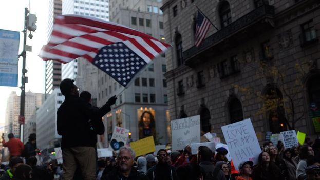 Manifestación de la comunidad latina este domingo en Nueva York contra el presidente electo Donald Trump. (Twitter)