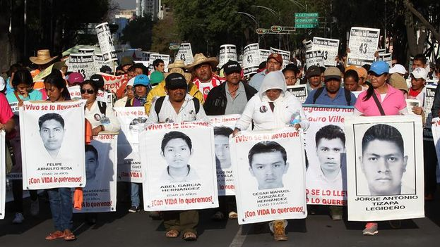 Manifestación a los cinco meses de la desaparición de los 43 estudiantes de Guerrero. (EFE/Alex Cruz)