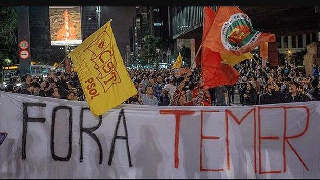 Manifestación frente al palacio presidencial brasileño contra Temer por su presunta vinculación con una trama corrupta. (@noticiasARN)