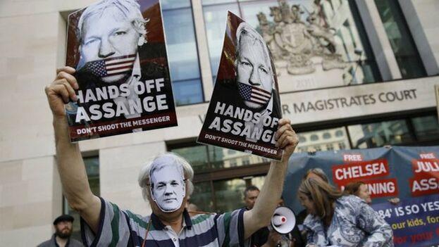 Manifestantes a favor de Assange en la puerta del tribunal este viernes.