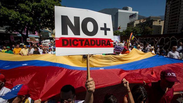 Manifestantes exigieron este sábado en Caracas la liberación de Leopoldo López y los demás presos políticos. (EFE)