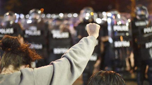 Manifestantes se encaran a policías antidisturbios durante los disturbios en Charlotte, Carolina del Norte. (EFE/Caitlin Penna)