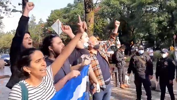 Manifestantes pacíficos frente a la embajada de Cuba en México este 17 de septiembre. (Captura)
