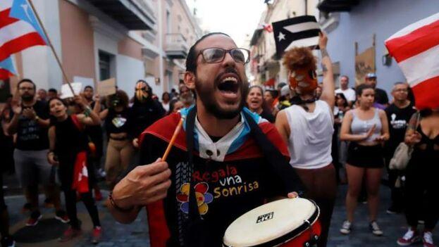 Manifestantes frente a la sede del Gobierno conocida como La Fortaleza, en San Juan, Puerto Rico. (EFE/ Thais Llorca)