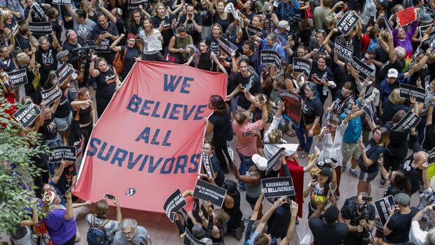 Manifestantes contra la confirmación del juez Brett Kavanaugh se manifestan en el atrio de la oficina del Senado de Hart en Washington. (EFE)