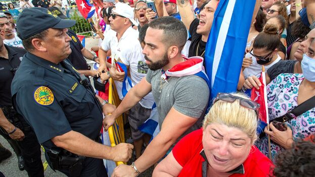 Manifestantes en Miami, Florida, este jueves, en apoyo a las protestas en Cuba iniciadas el 11 de julio. (EFE/Cristóbal Herrera-Ulashkevich)