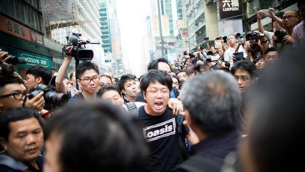 Manifestantes frente a la policía en Mong Kok. (Gustav Lindgren/14ymedio)
