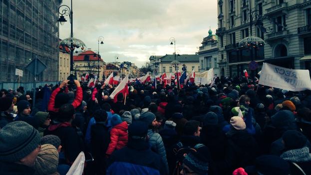 Manifestantes se congregan frente al Palacio Presidencial en Varsovia. (Twitter/@HenryJFoy)
