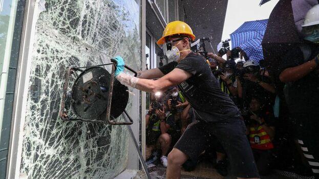 Manifestantes toman por asalto el Parlamento de Hong Kong. Las protestas buscan asegurar las libertades de ese enclave. (EFE)