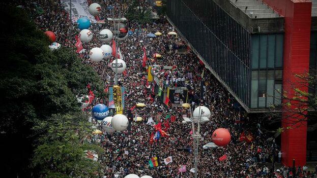 Manifestantes en la avenida Paulista para protestar contra los recortes en la educación pública anunciados por el presidente brasileño, Jair Bolsonaro. (EFE/ Fernando Bizerra Jr.)