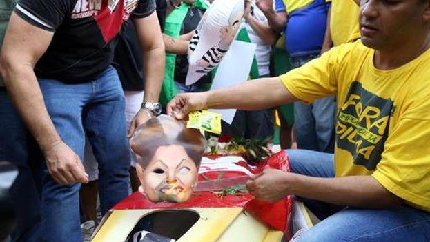 Manifestantes queman un ataúd con imágenes de la presidenta brasileña, Dilma Rousseff, este domingo en Brasilia. (EFE/Adriano Machado)