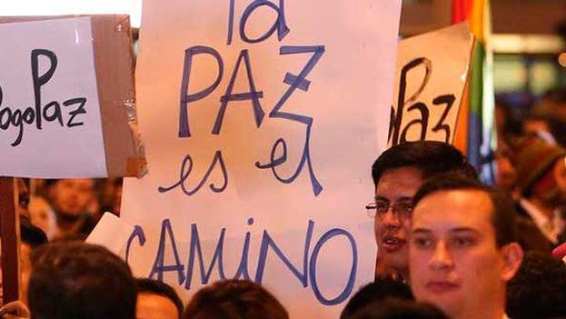 Manifestantes a favor del acuerdo de paz en Colombia. (Archivo EFE)