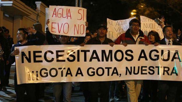 Manifestantes se pronunciaron en contra de la administración de Evo Morales por los racionamientos de agua. (EFE)