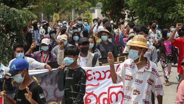Manifestantes  durante una protesta antimilitarista en Mandalay, Birmania, este 18 de mayo. (EFE/EPA/Stringer)