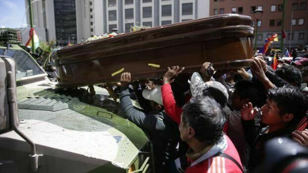 Manifestantes colocan un féretro sobre un vehículo militar en La Paz. (EFE/Archivo)