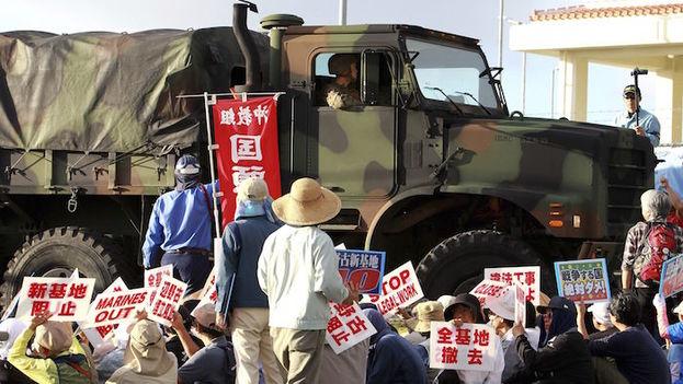 Manifestantes protestan contra la construcción de una nueva base estadounidense en Okinawa. (EFE)