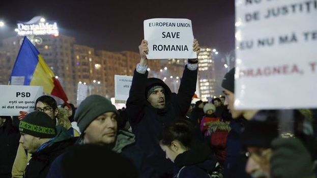 Manifestantes frente de la sede del Gobierno en Bucarest. (EFE)