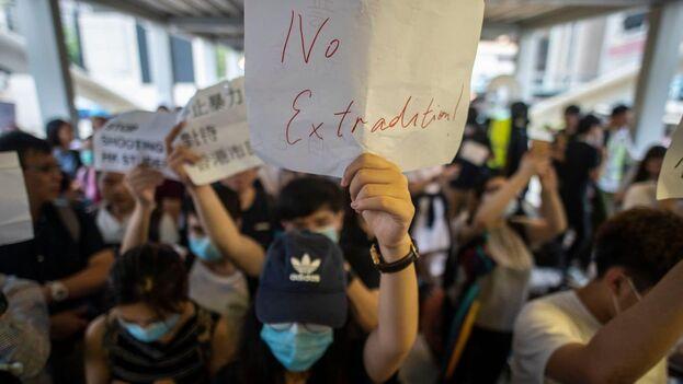 Manifestantes hongkoneses se oponen a que activistas y disidentes puedan ser juzgados en la China continental. (EFE)