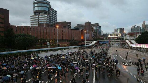 Manifestantes hongkoneses continúan en las calles pidiendo mayores reformas democráticas. (EFE)