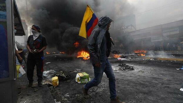 Manifestantes provocan incendios durante el décimo día de protestas contra el Gobierno este sábado, en Quito. (EFE)