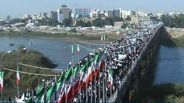 Manifestantes en apoyo al régimen iraní marchan por las calles de Ahvaz. (Captura)