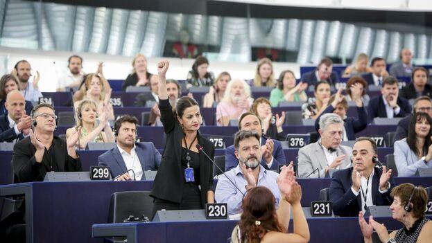 Manu Pineda (con camisa azul aplaudiendo) durante un pleno en la Eurocámara. (EFE)