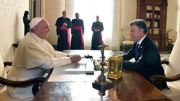 Juan Manuel Santos y el papa Francisco se reunieron este viernes en el Vaticano para hablar de la paz en Colombia. (@JuanManSantos)