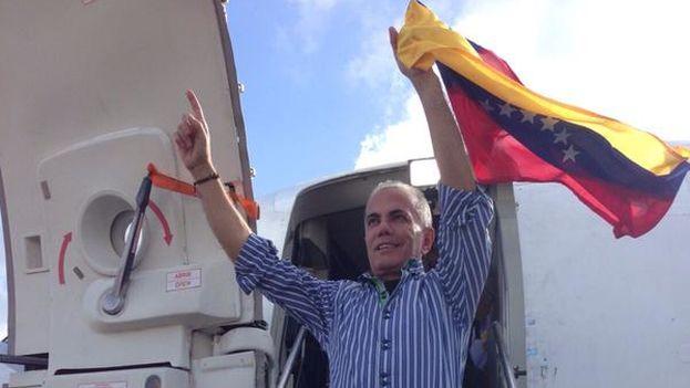 Manuel Rosales a su llegada a Venezuela y antes de ser detenido este jueves. (@manuelrosalesg)