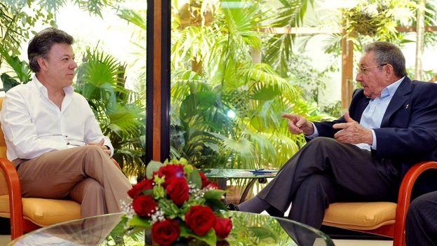 Un encuentro entre el presidente colombiano Juan Manuel Santos y el gobernante cubano Raúl Castro. (Archivo EFE)