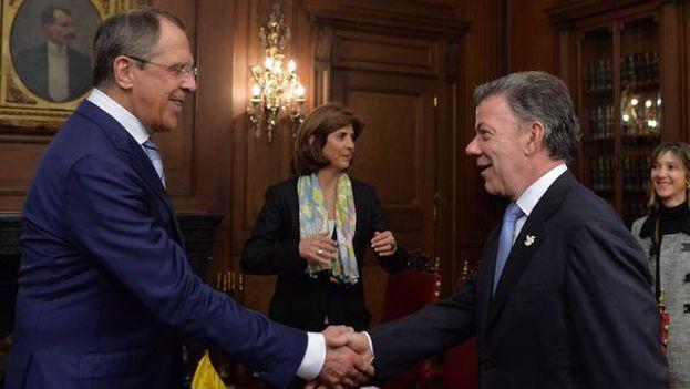 Juan Manuel Santos saluda a Sergei Lavrov en Bogotá. (@JuanManSantos)
