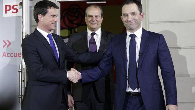 Manuel Valls saluda a Benoît Hamon tras conocerse la victoria de este último. (@benoithamon)